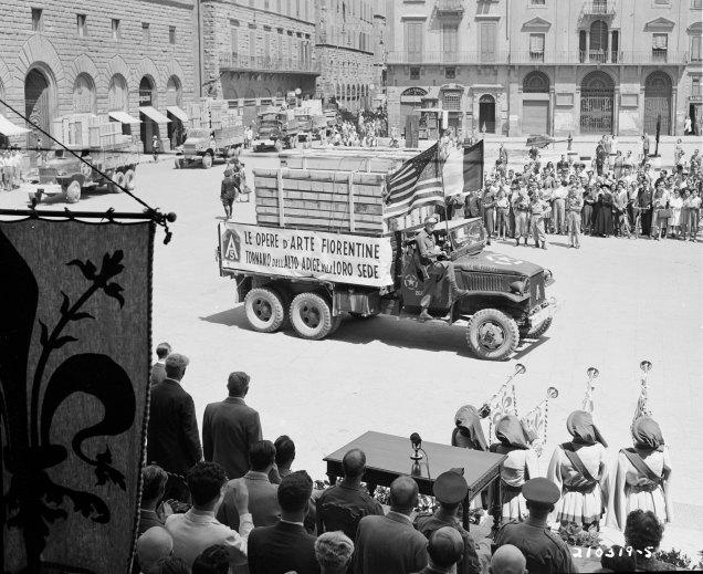 L'arrivo a Firenze di un camion di opere d'arte ritrovate, 1945.