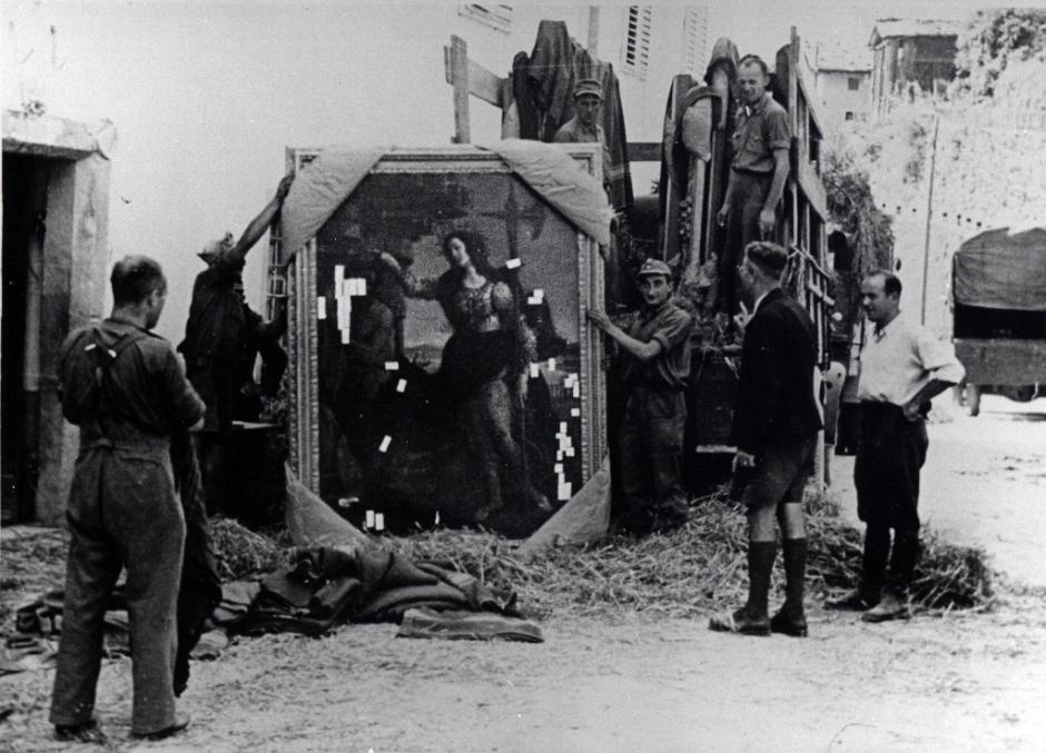 """Dei soldati tedeschi trasportano a nord il dipinto di Botticelli """"Pallade e il Centauro"""" degli Uffizi, prelevato da villa Bossi Pucci a Montagnana (Montespertoli), 1945"""