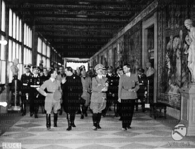 Mussolini accompagna Hitler a visitare gli Uffizi, 1938.