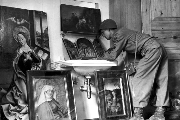 Un soldato americano osserva alcuni dei quadri nascosti dai tedeschi e ritrovati dagli alleati, 1945.