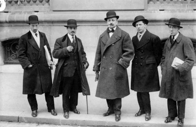 Russolo, Carrà, Marinetti, Boccioni e Severini davanti a Le Figaro, Parigi 1912.