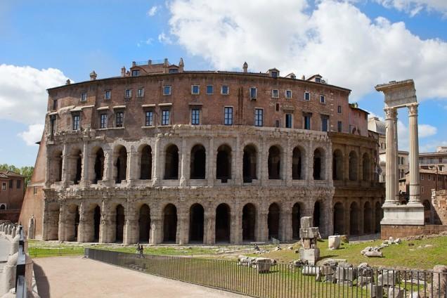 Teatro di Marcello, Roma, dove si vedono chiaramente abitazioni medievali addossate alla struttura romana, resistente e alta abbastanza da essere difesa.