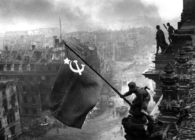 La bandiera sovietica sul parlamento tedesco.