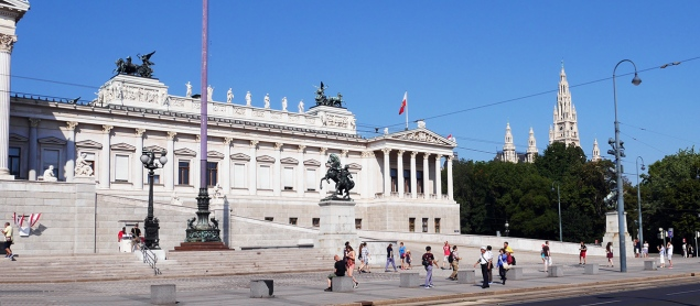 Il parlamento austriaco in stile neogreco, con i pinnacoli neogotici del municipio sullo sfondo.