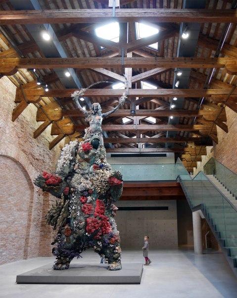 Punta della Dogana, Ragazza sulle spalle di un orso.