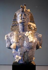 Faraone (Pharrel William con tanto di piercing sul capezzolo).
