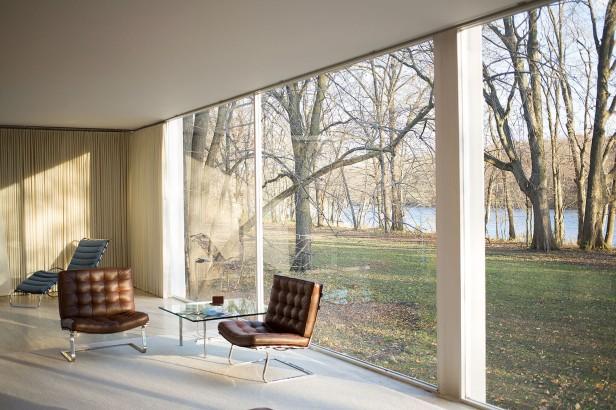 Ludwig Mies van der Rohe, Casa Farnsworth, interno - https://commons.wikimedia.org/wiki/File:Farnsworth_House_by_Mies_Van_Der_Rohe_-_interior.jpg