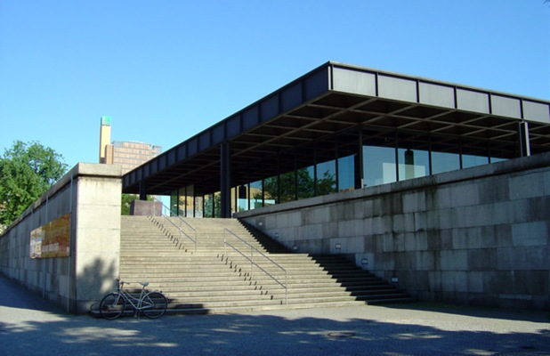 Ludwig Mies van der Rohe, Neue Nationalgalerie - https://commons.wikimedia.org/wiki/File:Neue_nationalgalerie_treppen.jpg