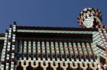 Antoni Gaudì, Casa Vicens - https://commons.wikimedia.org/wiki/File:Barcelona_-_Carrer_de_les_Carolines_-_View_NNW_on_Casa_Vicens_1889_Antoni_Gaud%C3%AD_II.jpg