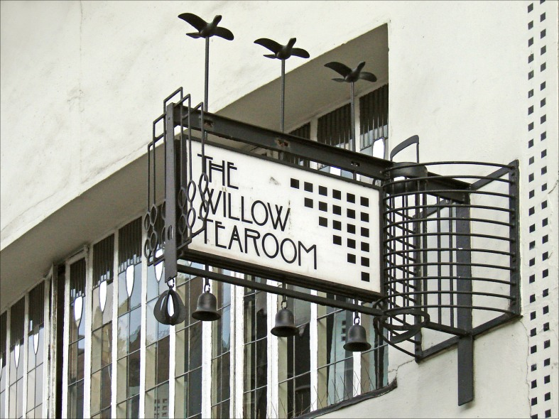 C. R. Mackintosh, Insegna del Willow Tea Rooms. https://commons.wikimedia.org/wiki/File:Lenseigne_du_salon_de_thé_%22the_Willow_Tearoom%22_(Glasgow)_(3802872511).jpg