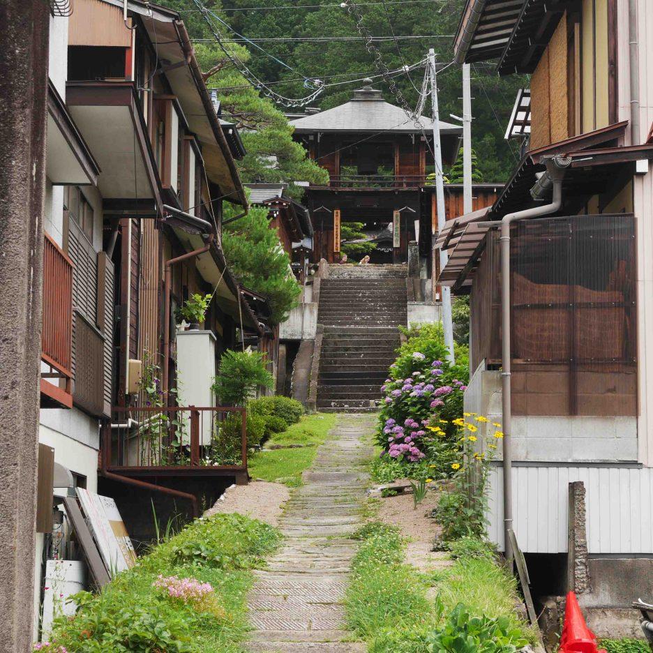 giappone_takayama_temple_path1